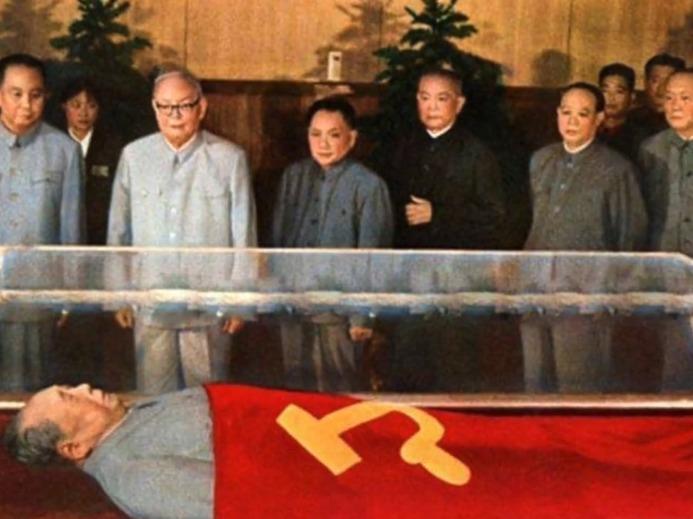 毛主席纪念堂一年落成,主席遗体安放其中,接受人民世代瞻仰