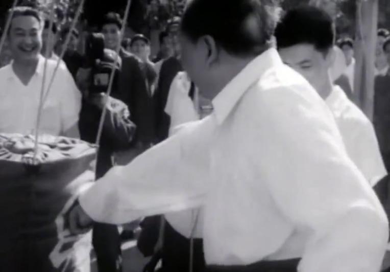 毛主席训练场打拳做示范,战士们声声壮军威、拳拳向美帝