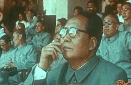 这绝对是珍贵的影像:伟大领袖毛主席戴上眼镜